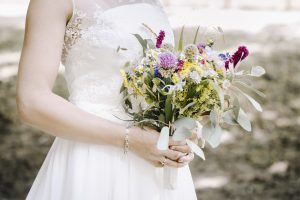 Ein Brautstrauß aus Wildblumen macht den Vintage Style der Braut perfekt