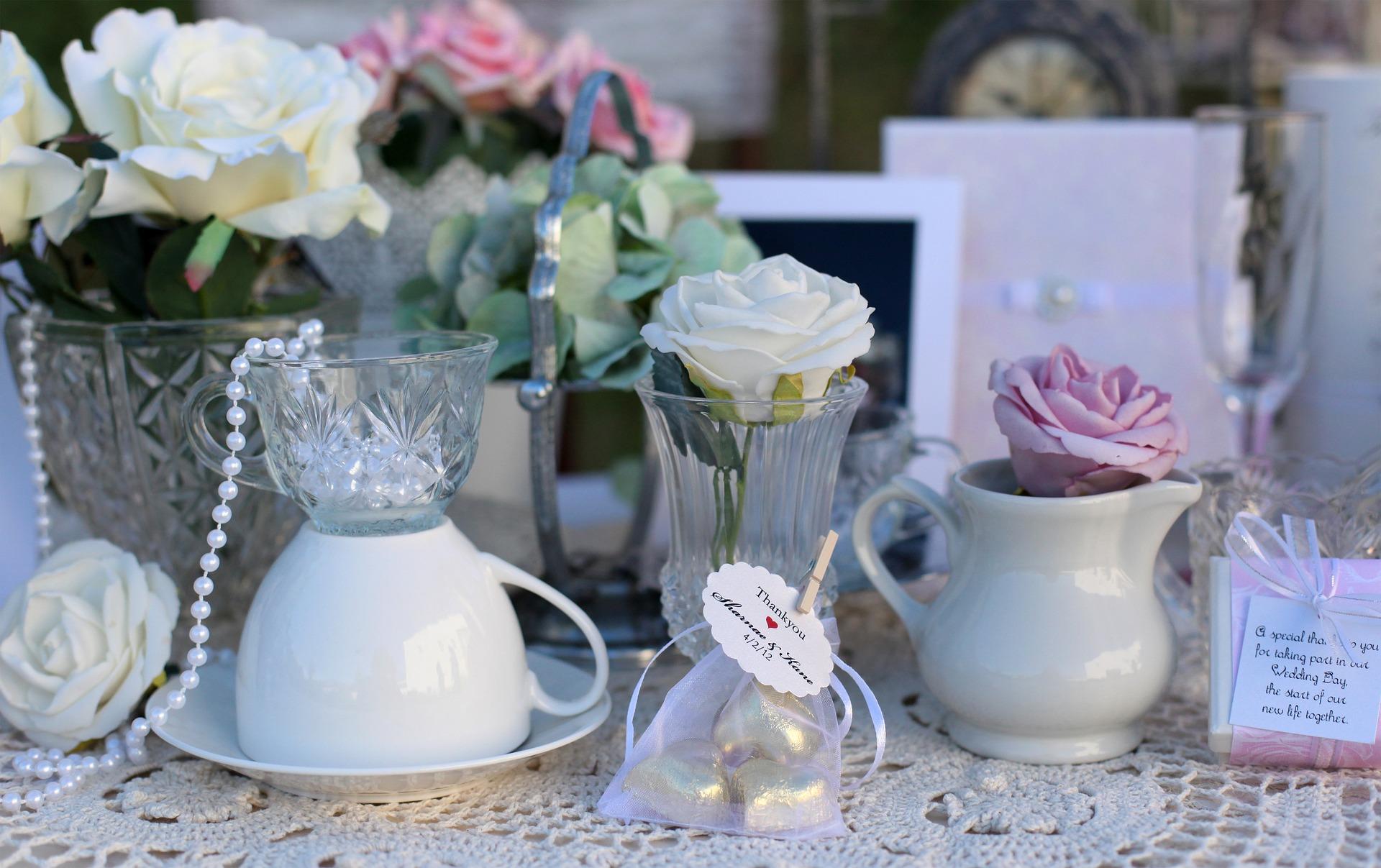 Altes Geschirr, Kristallglas und Rosen in gedeckten Farben eignen sich ideal als Deko für Ihre Vintage Hochzeit