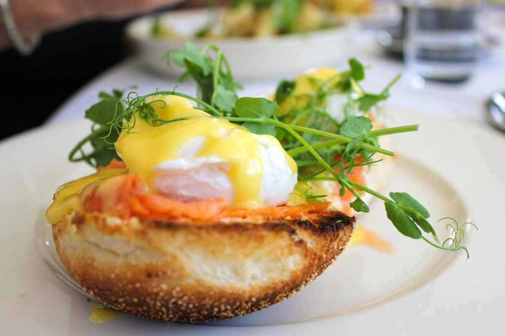 Pochierte Eier verleihen einem Frühstück einen Hauch von Luxus