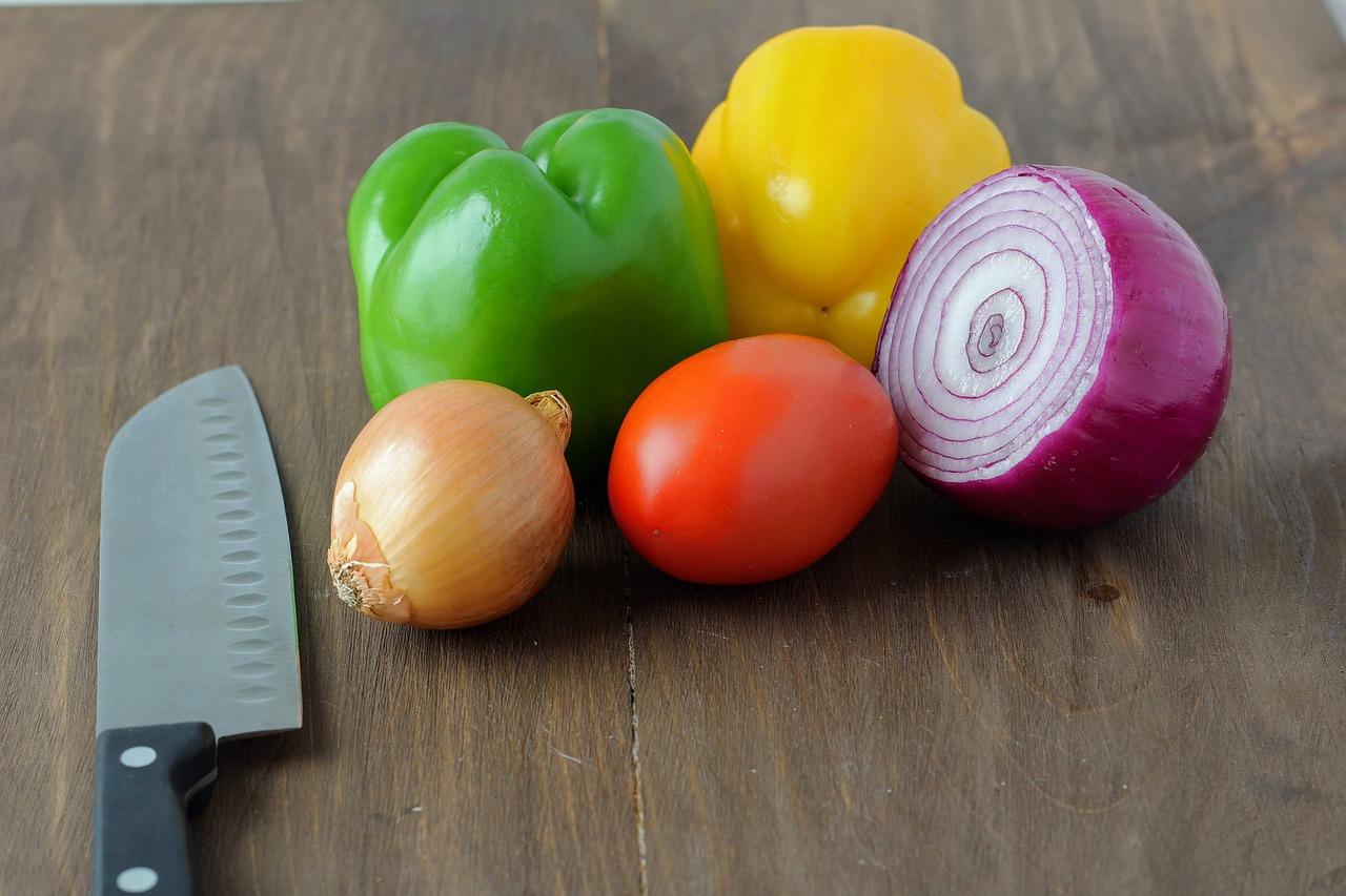 Festes Gemüse wie Zwiebeln und Paprika eignen sich hervorragend für die 3 französischen Schnittformen, Tomaten im Gegenzug dazu eher nicht