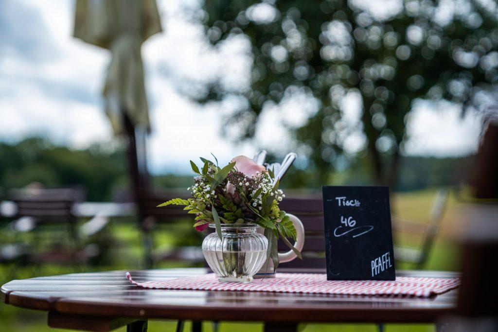 Selbstverständlich sind auch unsere Tische im Biergarten mit Ausblick auf die Alpen hübsch aber dezent dekoriert