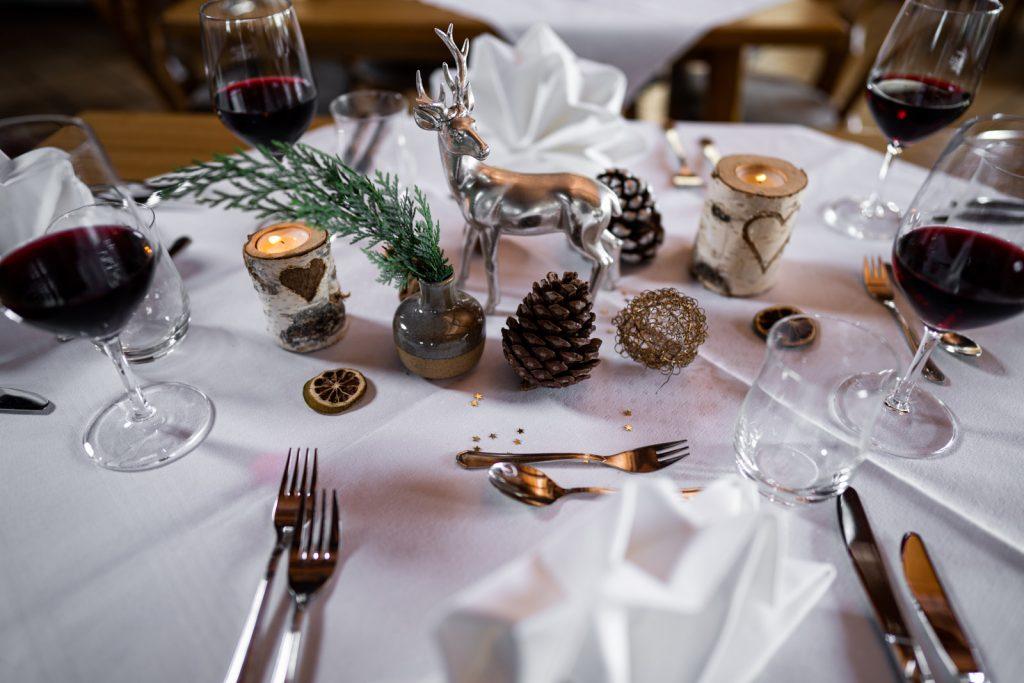 Der Jahreszeit angepasste Tischdeko macht es auf der Kugler Alm in Ebersberg nicht nur gemütlicher sondern sorgt auch für das richtige Feeling