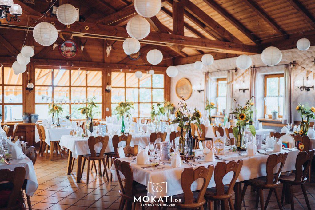 Der für eine Hochzeit geschmückte große Saal vom Restaurant Kugler Alm, in dem bis zu 80 Gäste gemütlich Platz finden