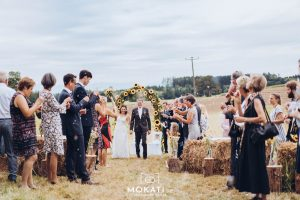 Das frisch vermählte Brautpaar macht sich nach der freien Trauung auf zur Party in der Kugler Alm