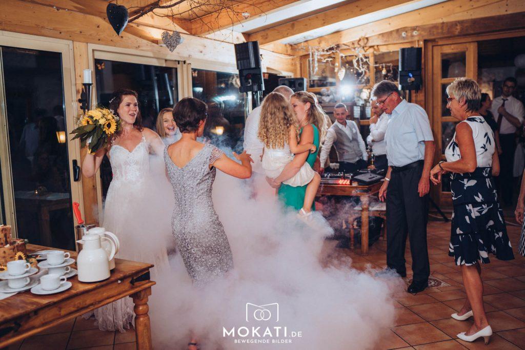Ausgelassene Partystimmung in der Hochzeitslocation Landgut Kugler Alm in Ebersberg