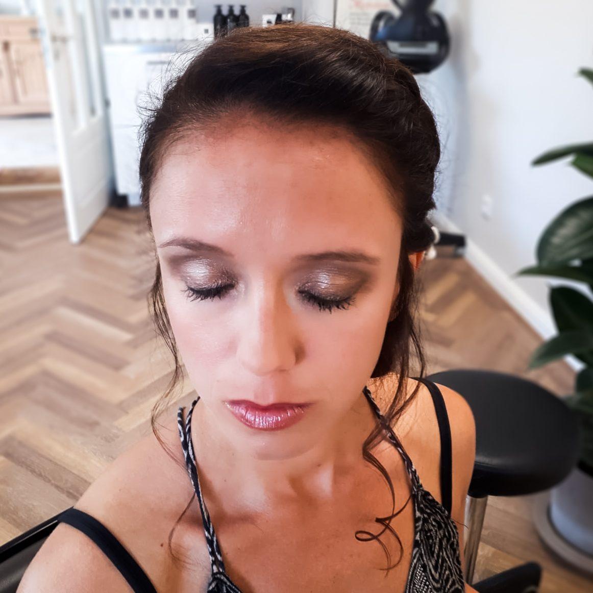 Beim Styling werden Frisur und Make Up auf den Typ der Braut und die Art der Hochzeit abgestimmt