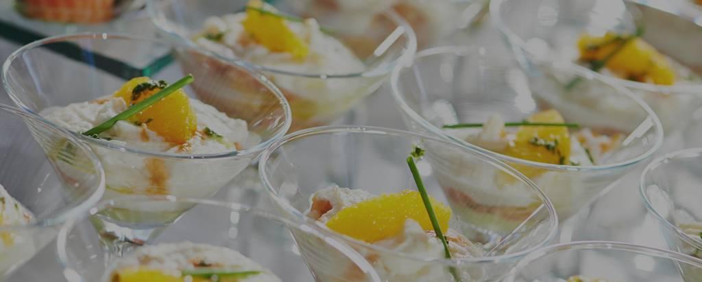 Aus der kalten Küche: Ziegenkäseespuma mit Balsamico Orange als Fingerfood Aperitif im Landgut Kugleralm in Ebersberg