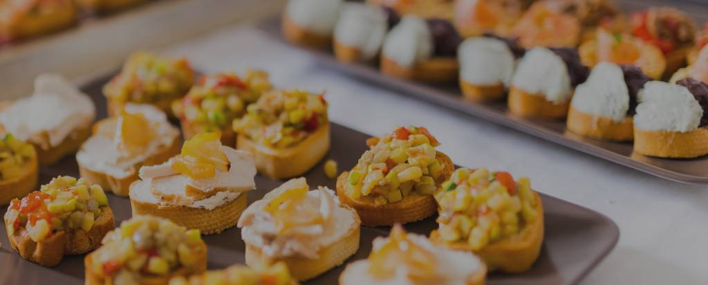 Vom Gardemanger der Kugler Alm Ebersberg: Vitello tonnato , Mango-Gurken Bruschetta und Ziegenfrischkäse Canapes